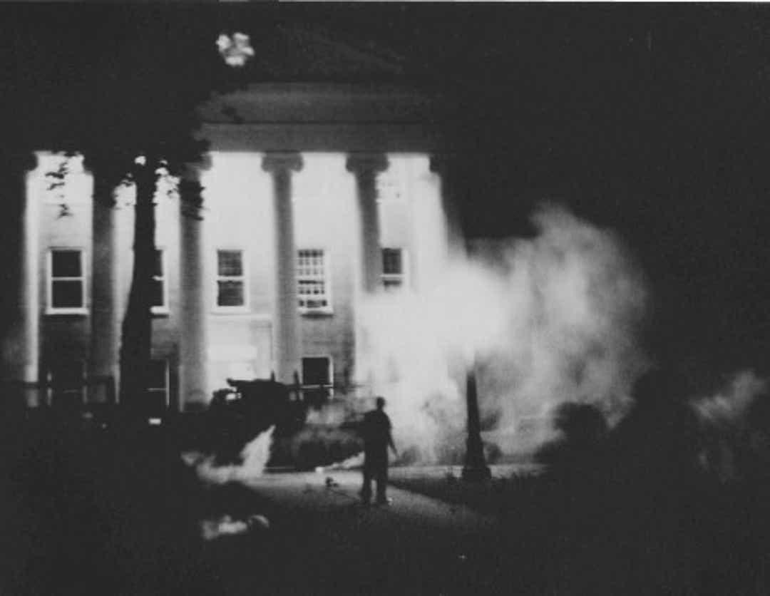 U.S. Marshals brukte tåregass ved University of Mississippi kvelden 30. september 1962, etter at det oppsto opptøyer da James Meredith hadde fått innrullere seg ved universitetet. To mennesker ble drept under opptøyene: den franske journalisten Paul Guihard og 23 år gamle Ray Gunter.  Foto: US Marshals.