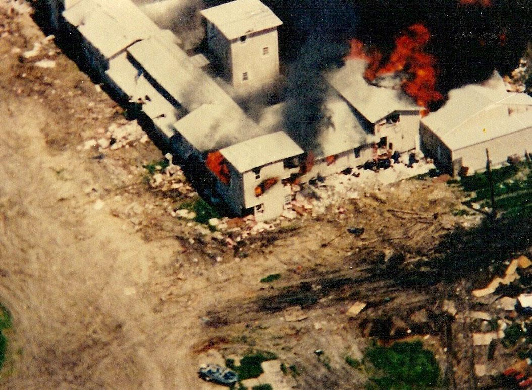 The New Mount Carmel Center, som ble brukt av de såkalte Branch Davidians, begynte å brenne 19. april 1993. Ifølge FBI var det sekten selv som satte bygningene i brann. Ifølge konspirasjonsteorier var det FBI. Foto: FBI / WikiCommons.