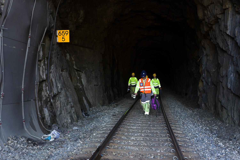 Spor inn i jernbanetunnell.