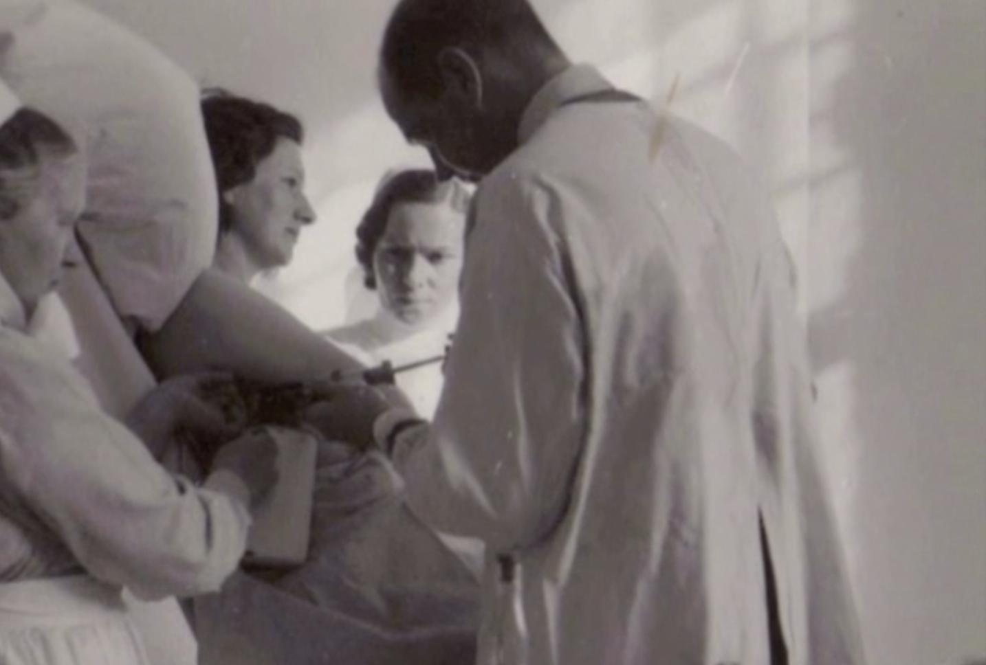 """Operasjonsteknikken """"blåsing"""" var ein omfattande, risikofylt, og rekna som ein effektiv teknikk. Dei som overlevde fekk ofte skeiv rygg som resultat. @Fylkesarkivet"""