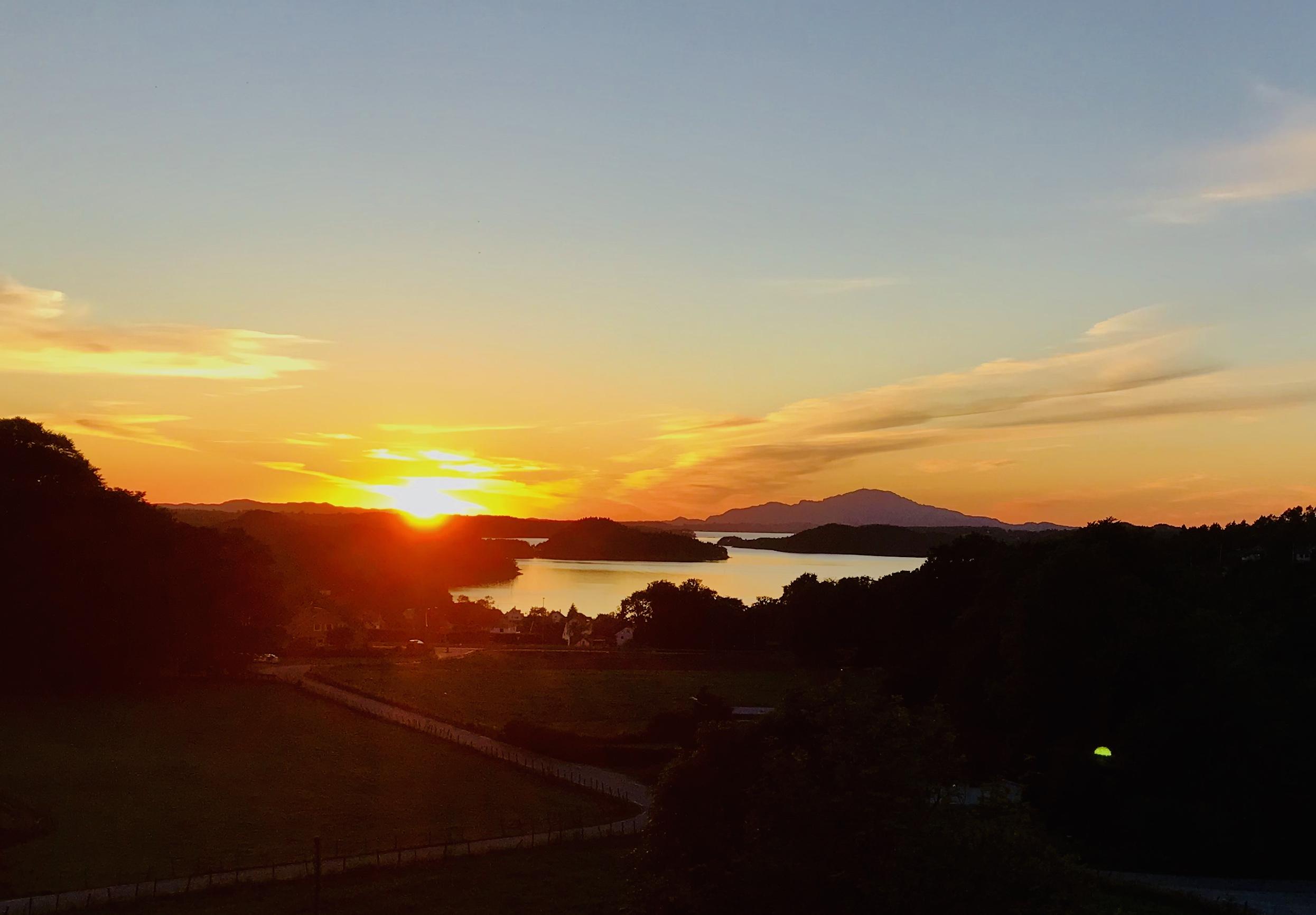 Solnedgang i Førde i Hordaland med fjellprofilen Siggjo i bakgrunnen.