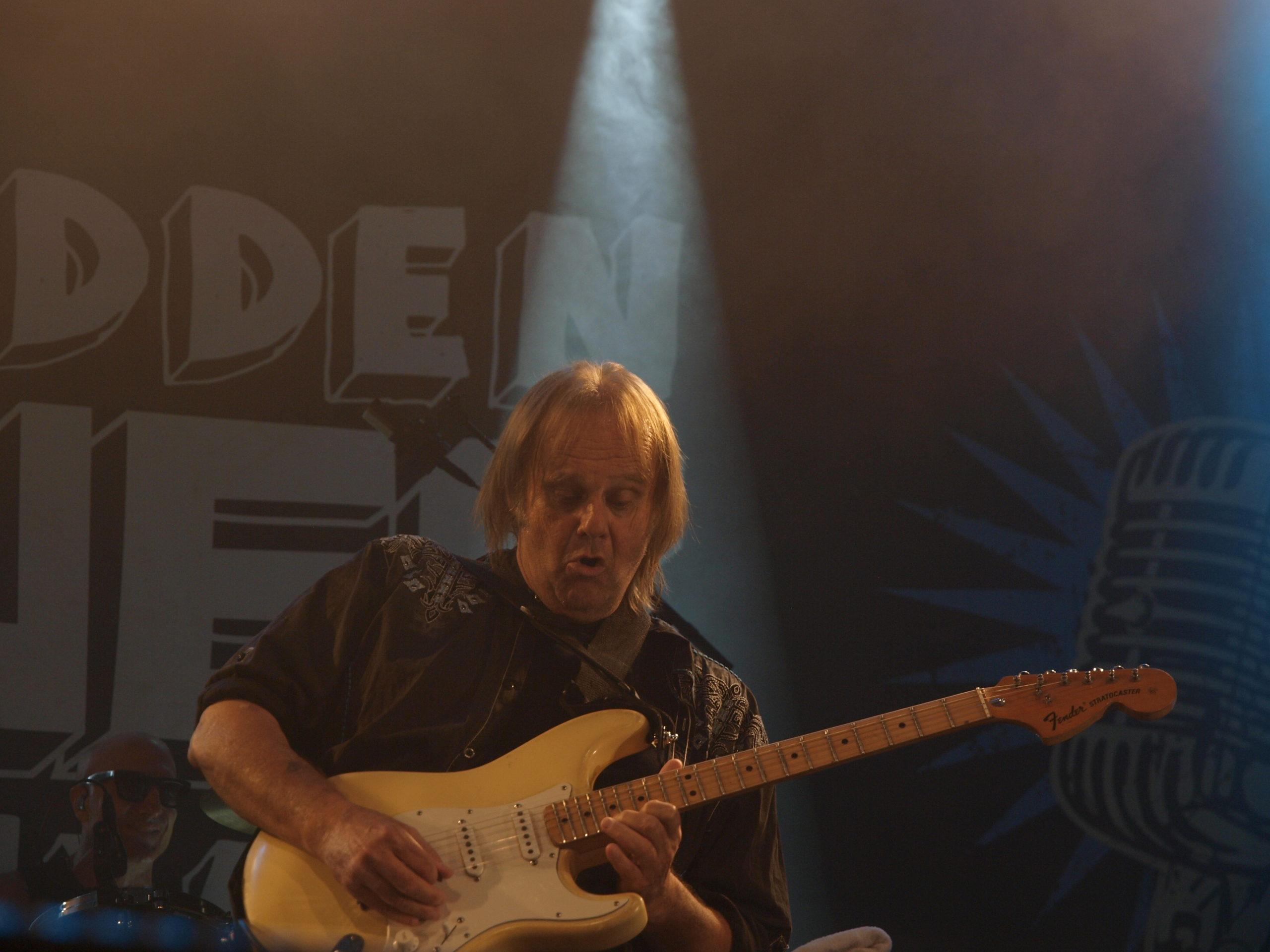 Walter Trout i sitt ess på scenen under Notodden Blues Festival.