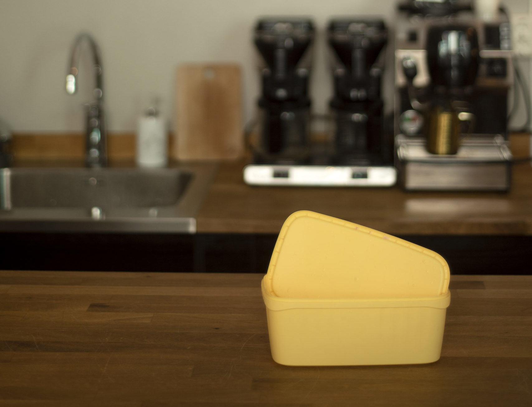 En isboks på en kjøkkenbenk som illustrerer plastemballasje