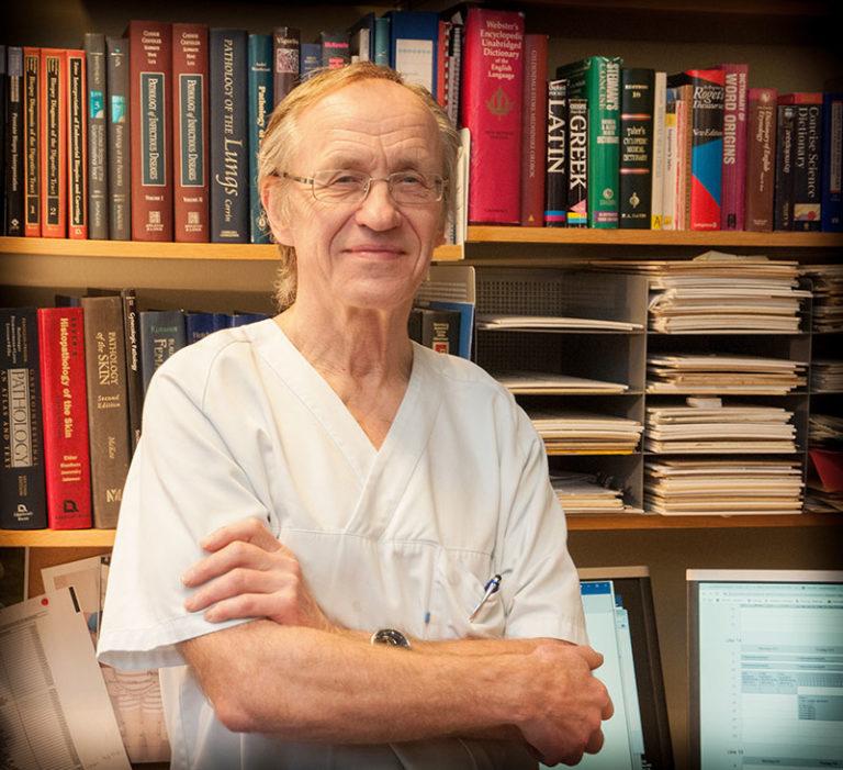 Professor Jostein Halgunset var med å bygge opp anatomisk laboratorium ved St.Olavs Hospital i sin tid, og har utformet mye av litteraturen som benyttes. Foto: Gemini/Anne Lise Aakervik