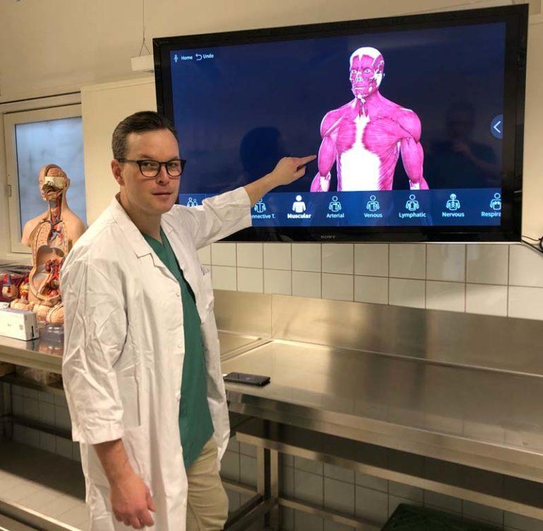 Førsteamanuensis Michel van Schaardenburgh underviser studentene i anatomi. Vi har gode digitale modeller som kan betraktes fra alle vinkler, sier han. Men det er alltid noe annet å se og ta på menneskekroppen for å lære. Foto: NTNU / Jørn Ove Seternes.