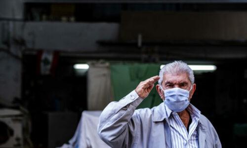 En eldre mann hilser idet Team Rubicon Norge går forbi. Hjelpen de og andre frivillige organisasjoner har bidratt med, har vært svært viktig for den fattige delen av Beirut.