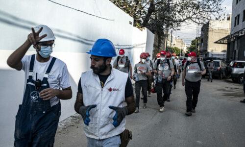 Team Rubicon og den lokale frivillige organisasjonen DSC er på vei til et oppdrag i Karantina, en av de fattigste delene av Beirut.