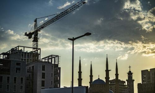 Libanon er et land med mange statsreligioner. Kristne og muslimer omgås. Landet har også store kontraster mellom rik og fattig. Samtidig som landet lider økonomisk, pågår store byggeprosjekter med leiligheter til flere millioner.