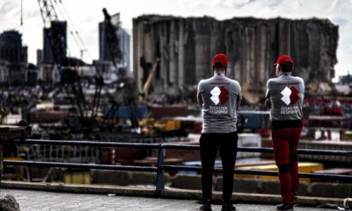 To av medlemmene i Team Rubicon Norge står og ser ut over de enorme ødeleggelsene etter eksplosjonen som rammet Beirut 4. august i år. Nesten 200 mennesker mistet livet, rundt 6500 ble skadet og store deler av byen ble helt eller delvis ødelagt.
