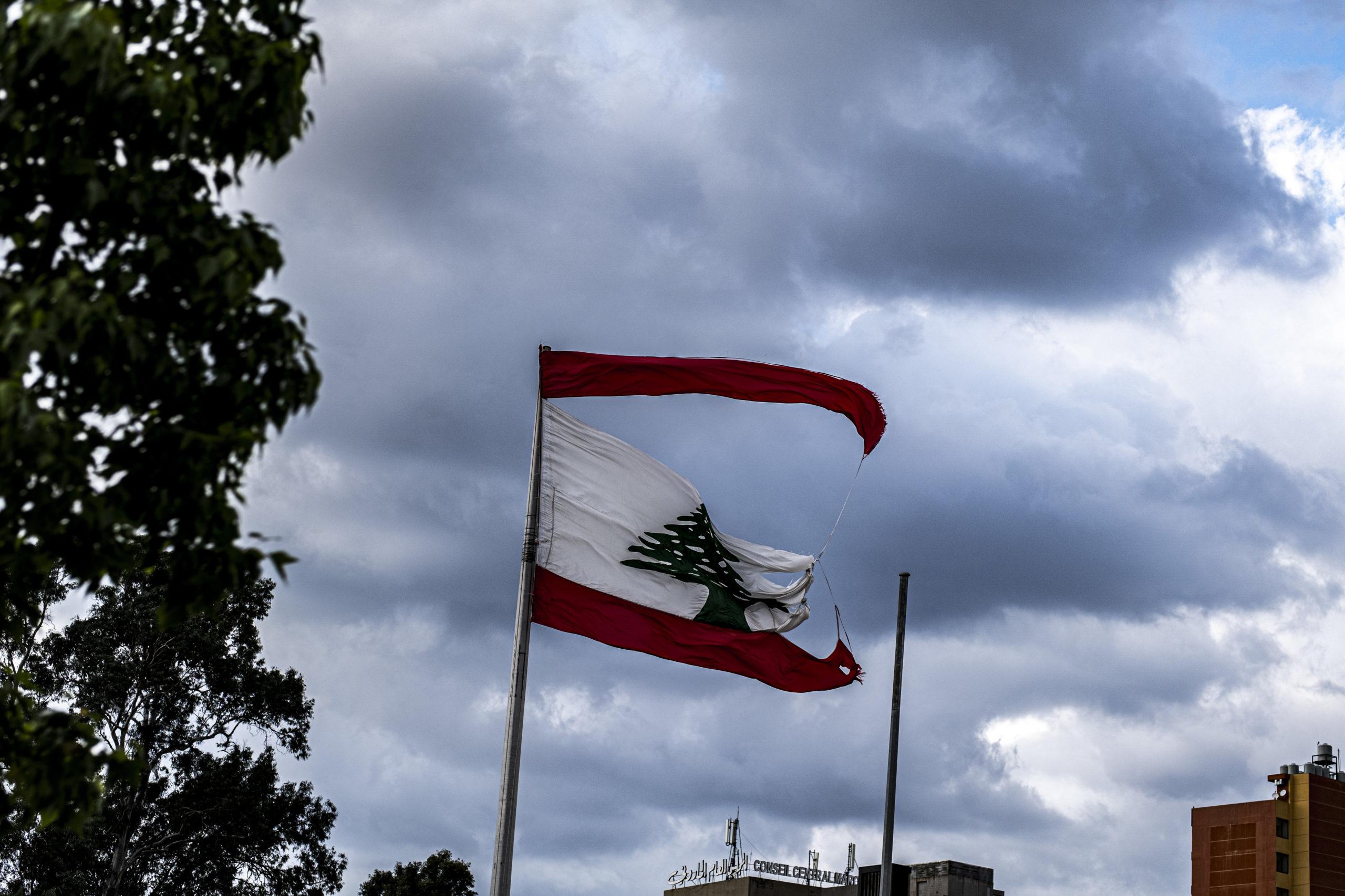 Et spjæret flagg vaier i vinden ikke langt fra Ground Zero, som et trist symbol på den tilstanden landet befinner seg i for tiden.