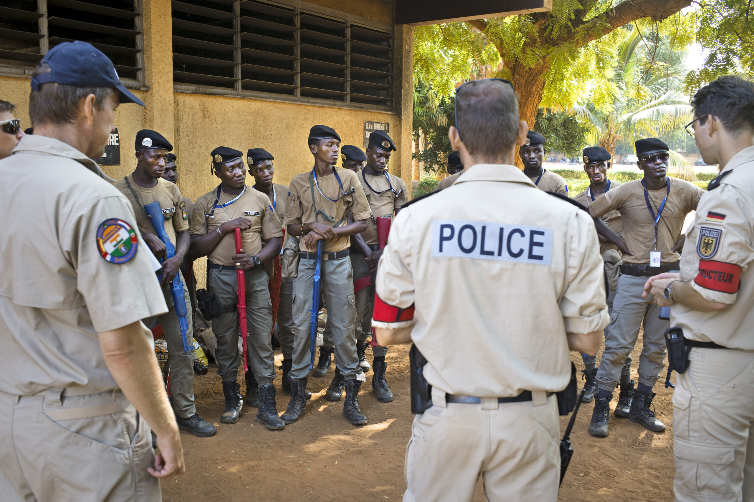 Folk frå European Union Capacity Building Mission (korta ned til EUCAP Sahel Niger) underviser politi og militære i Niger. Foto: Johan Persson