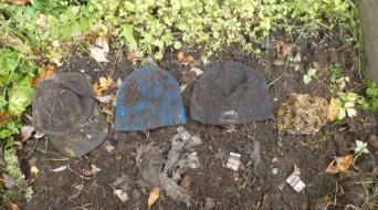 Etter eitt år i jorda var det lite igjen av både ullhuva og bomullshuva. Foto: Eksingedalen skule